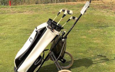 Denise Heiligers schenkt de golftas van oma