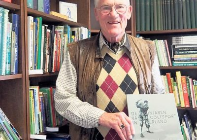Albert Bloemendaal schenkt golfboeken aan golfmuseum