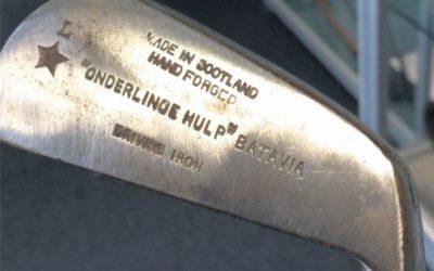 Iain Forrester geeft golfstokken in bruikleen aan golfmuseum